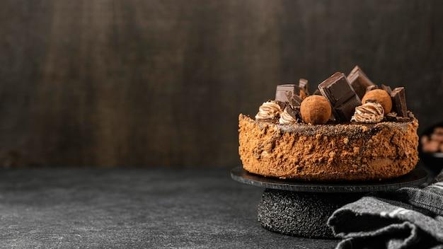 Vorderansicht des köstlichen schokoladenkuchens auf ständer mit kopienraum Kostenlose Fotos