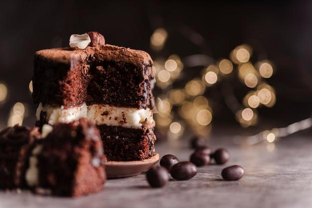 Vorderansicht des kuchens mit schokoladenstückchen Kostenlose Fotos