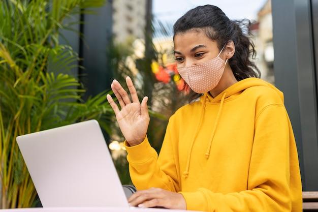 Vorderansicht des mädchens mit gesichtsmaske auf straße Kostenlose Fotos