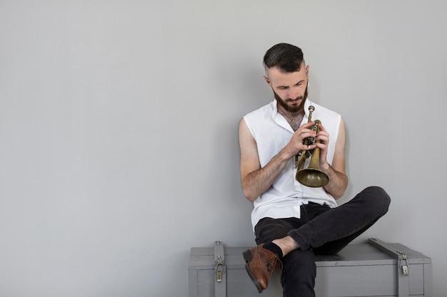 Vorderansicht des männlichen musikers mit kornett und kopienraum Kostenlose Fotos