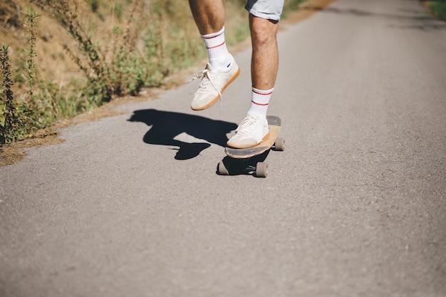 Vorderansicht des mannes auf skateboard Kostenlose Fotos