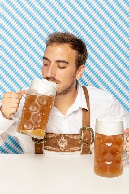 Vorderansicht des mannes bier zu trinken Kostenlose Fotos