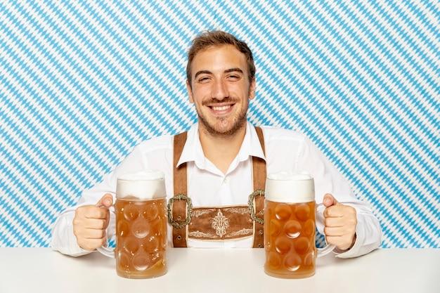Vorderansicht des mannes mit bierpints Kostenlose Fotos