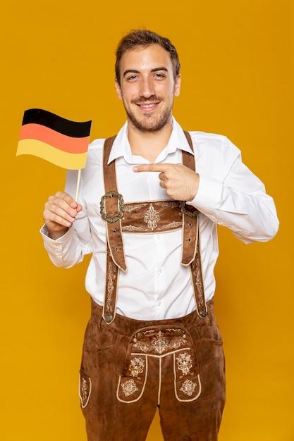 Vorderansicht des mannes mit deutscher flagge Kostenlose Fotos