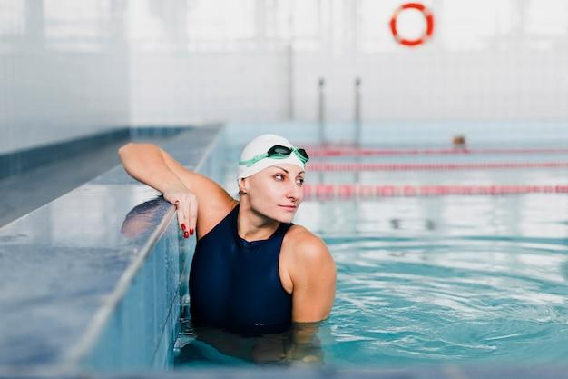 Vorderansicht des schwimmers weg schauend Kostenlose Fotos