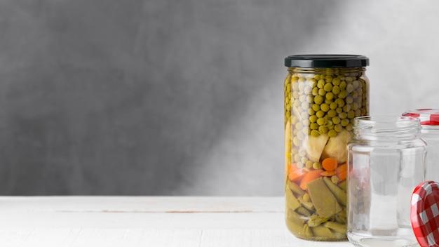 Vorderansicht des sortiments von eingelegtem gemüse im glas mit kopienraum Premium Fotos