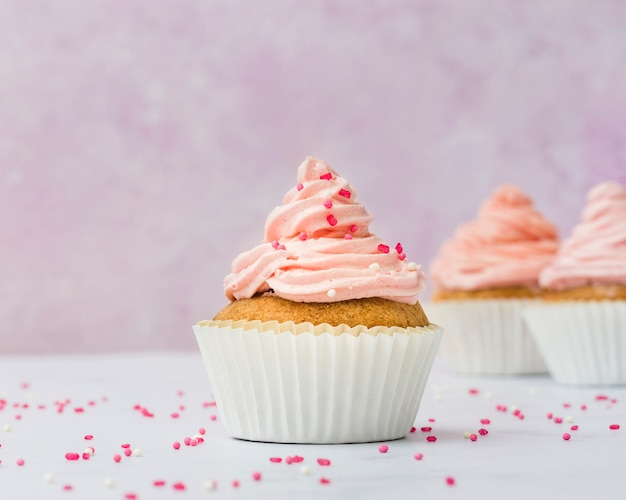 Vorderansicht des süßen rosa kleinen kuchens Kostenlose Fotos