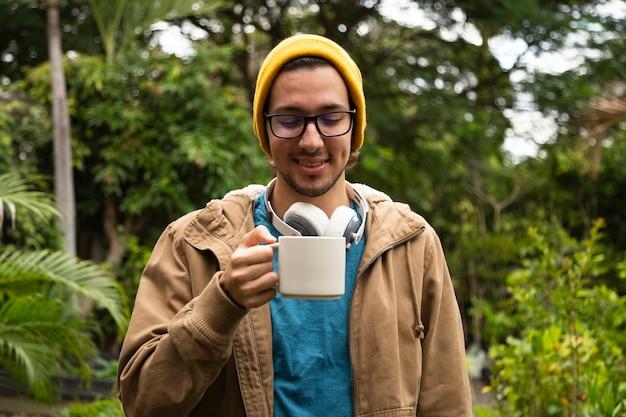 Vorderansicht des trinkenden kaffees des mannes Kostenlose Fotos