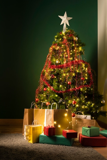 Vorderansicht des weihnachtsbaumes und der geschenke Premium Fotos