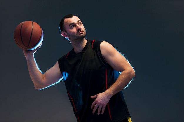 Vorderansicht des werfenden balls des basketball-spielers Kostenlose Fotos