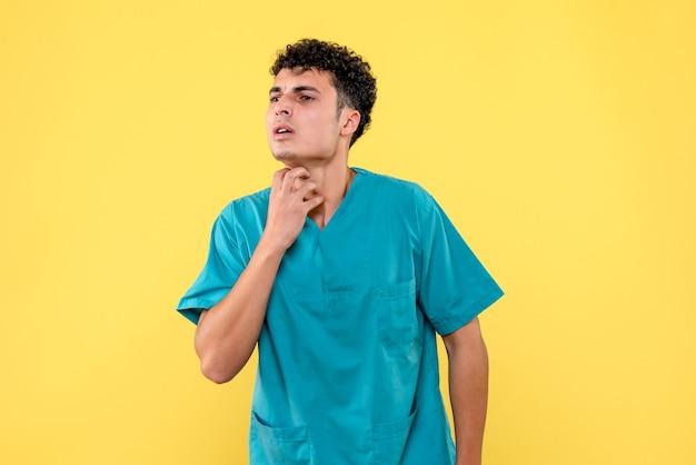 Vorderansicht eines arztes der arzt spricht über hautkrankheiten Kostenlose Fotos