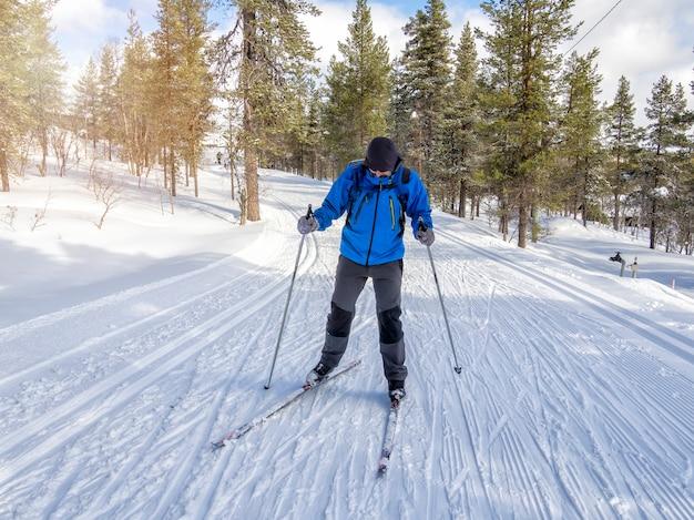 Vorderansicht eines mannlanglaufs auf der spur in finnland Premium Fotos