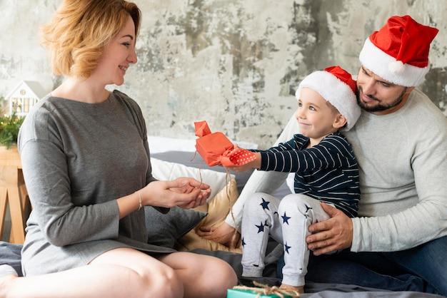 Vorderansicht familie, die zusammen am weihnachtstag ist Kostenlose Fotos