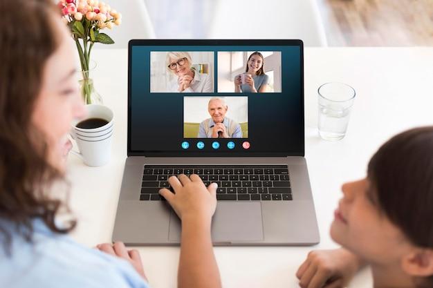 Vorderansicht familienvideoanruf auf laptop Kostenlose Fotos