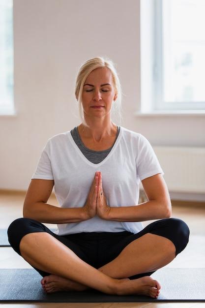 Vorderansicht fokussierte yogafrau Kostenlose Fotos