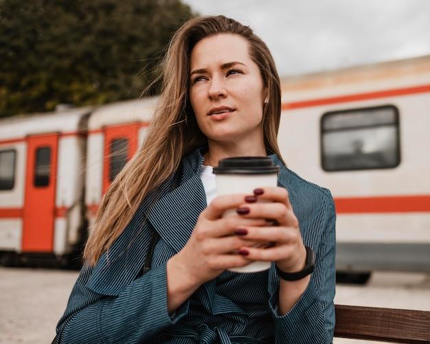Vorderansicht frau, die eine tasse kaffee hält Premium Fotos