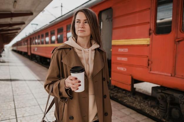 Vorderansicht frau, die einen kaffee hält Kostenlose Fotos