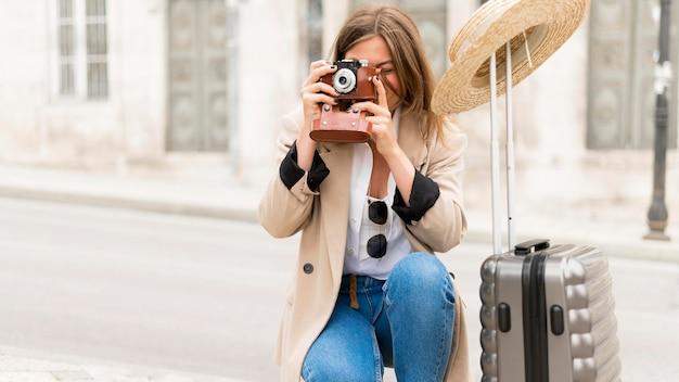 Vorderansicht frau, die fotos macht Kostenlose Fotos