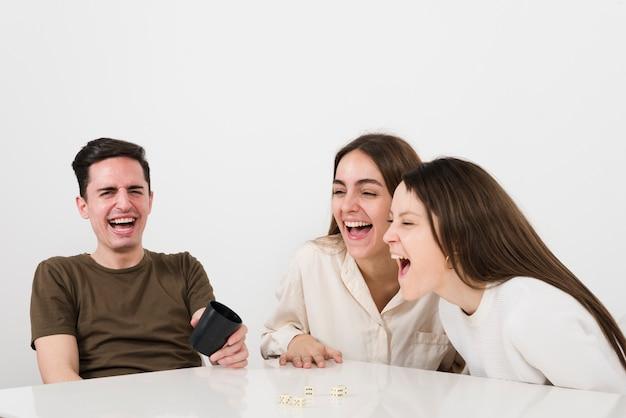 Vorderansicht freunde lachen Kostenlose Fotos