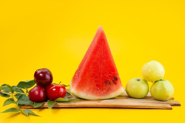 Vorderansicht frische früchte weich und süß auf gelbem, fruchtfarbenem sommer Kostenlose Fotos
