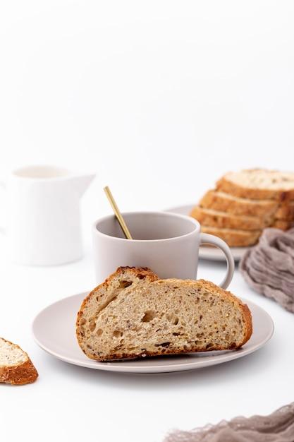 Vorderansicht gebackenes brot und tasse kaffee Kostenlose Fotos