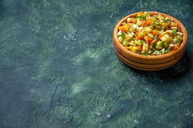 Vorderansicht gemüsesalat von gekochtem gemüse gemischt in runder platte auf dunklem hintergrund Kostenlose Fotos