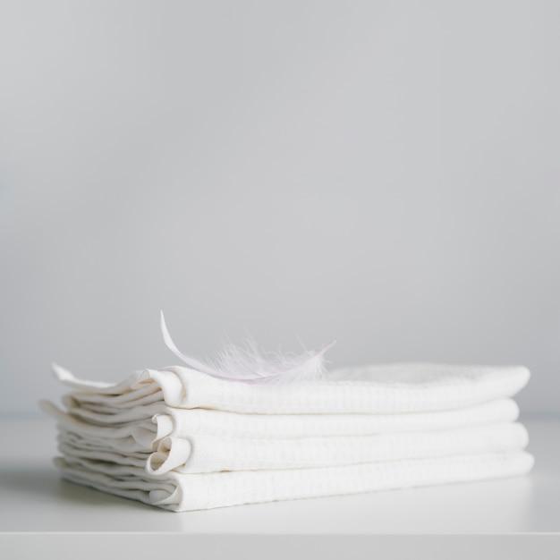 Vorderansicht gestapelte weiße tücher Kostenlose Fotos