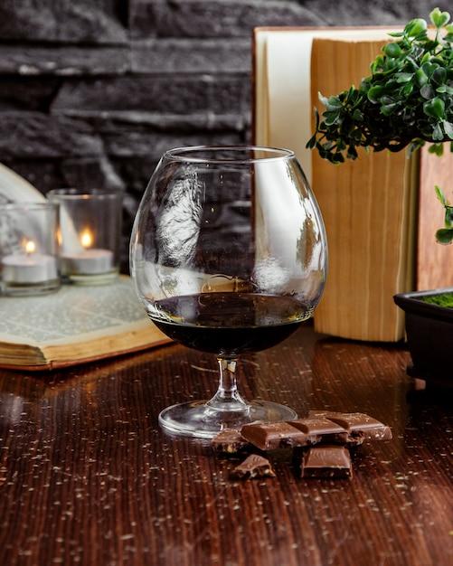 Vorderansicht glas rotwein mit schokolade Kostenlose Fotos