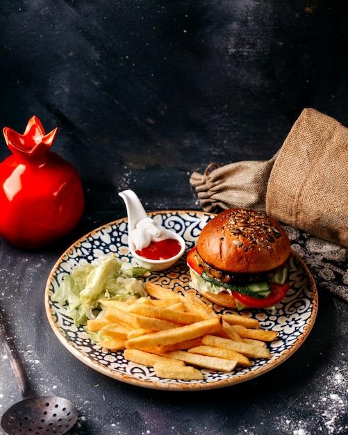 Vorderansicht hamburger zusammen mit pommes frites auf der grauen oberfläche Kostenlose Fotos
