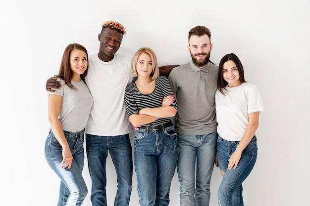 Vorderansicht junge freunde umarmen Kostenlose Fotos