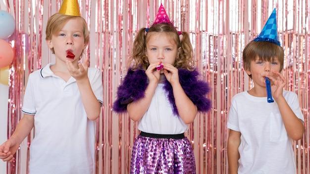 Vorderansicht kinder, die zusammen spielen Kostenlose Fotos