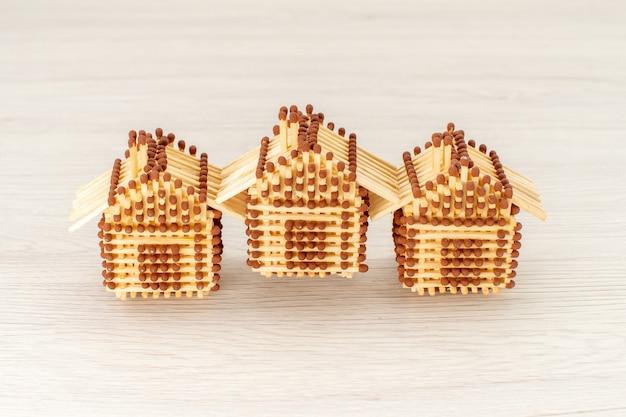 Vorderansicht kleine häuser aus streichhölzern auf der weißen oberfläche Kostenlose Fotos