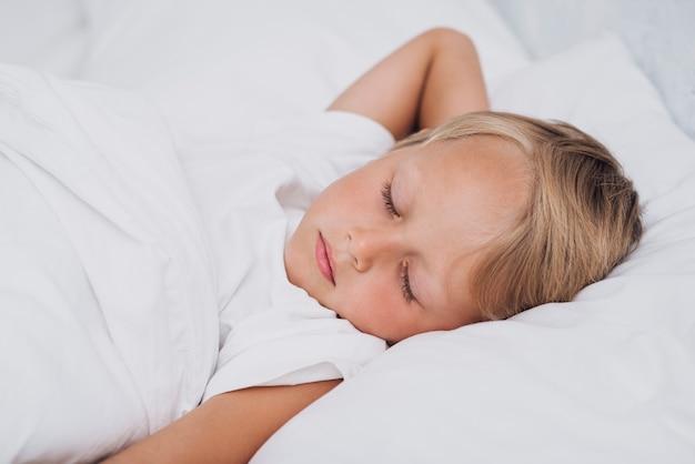 Vorderansicht kleines kind schläft Kostenlose Fotos