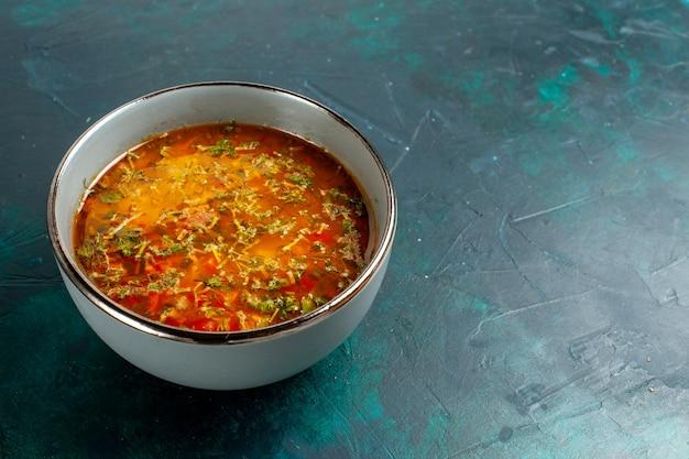 Vorderansicht köstliche gemüsesuppe innerhalb platte auf dunkelgrüner oberfläche Kostenlose Fotos