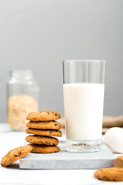 Vorderansicht köstliche kekse mit milch auf dem tisch Premium Fotos