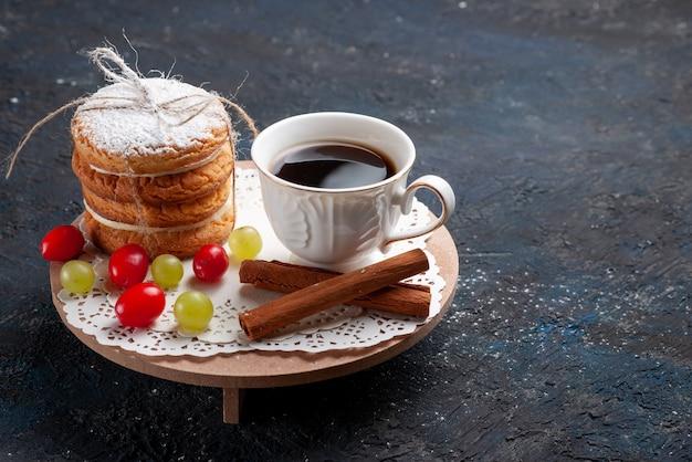 Vorderansicht köstliche sandwichplätzchen, die mit geschnittenem fruchtzimt und kaffee auf dem dunkelblauen oberflächenkuchen lecker gebunden werden Kostenlose Fotos