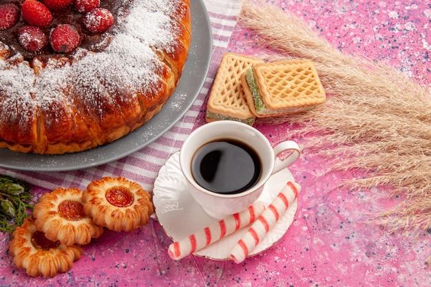 Vorderansicht köstlicher erdbeerkuchenzucker pulverisiert mit tasse tee waffeln und keksen auf hellrosa oberflächenkuchen süßer keksplätzchentee Kostenlose Fotos