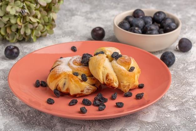 Vorderansicht köstliches gebäck mit füllung innenplatte zusammen mit schwarzdorn auf dem weißen tisch, süßer zuckerkuchen backen gebäck Kostenlose Fotos