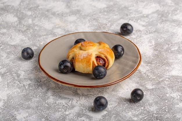 Vorderansicht köstliches gebäck mit füllung zusammen mit schwarzdorn auf dem tisch, süßer zuckerkuchen backen gebäckfrucht Kostenlose Fotos