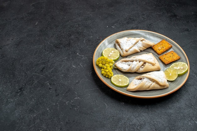 Vorderansicht köstliches teiggebäck süß und zucker pulverisiert auf dunkelgrauer wand süßer kuchenteiggebäck backen zuckerkuchenplätzchen Kostenlose Fotos