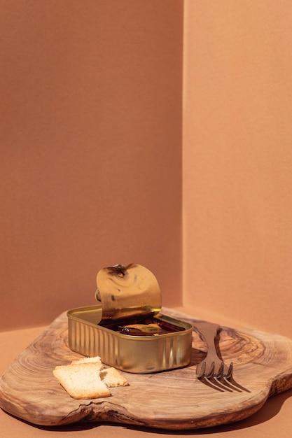 Vorderansicht konservierte lebensmittel in der dose mit gabel und toast Kostenlose Fotos