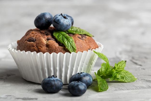 Vorderansicht leckeren cupcake mit blaubeeren und minze Kostenlose Fotos