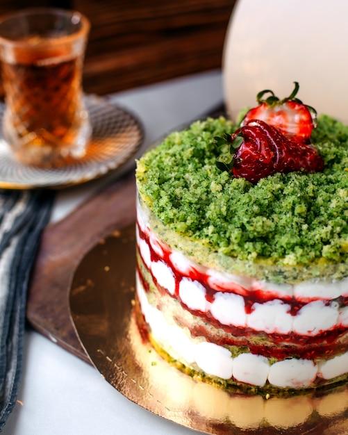 Vorderansicht leckeren kuchen farbigen obstkuchen zusammen mit heißem tee auf dem hellen boden Kostenlose Fotos