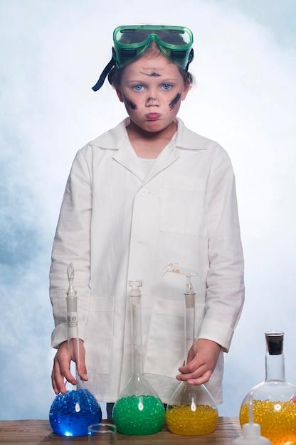 Vorderansicht mädchen mit laborkittel und brille Kostenlose Fotos