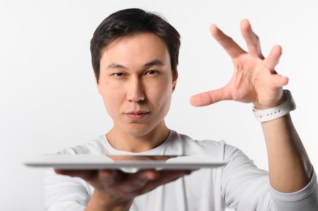 Vorderansicht mann, der tablette hält Kostenlose Fotos