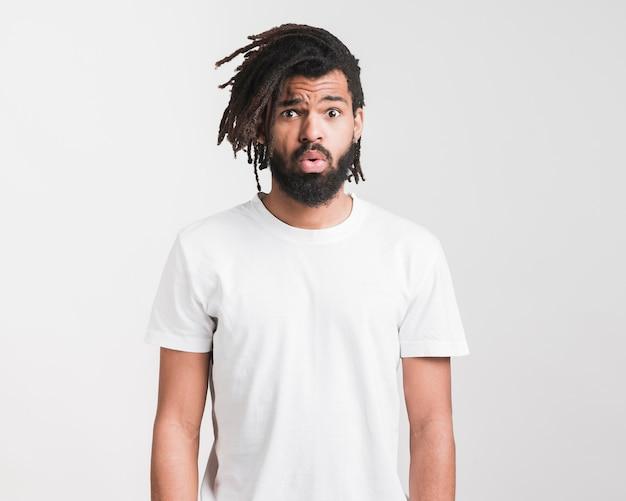 Vorderansicht mann im weißen t-shirt Kostenlose Fotos