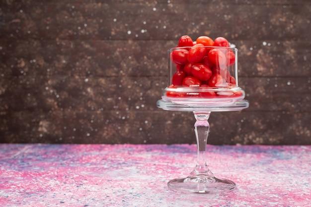 Vorderansicht rote früchte auf der hellen oberfläche färben fruchtbeere Kostenlose Fotos