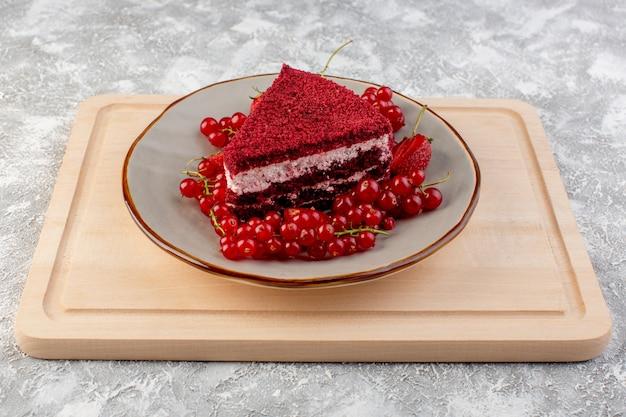 Vorderansicht rotes kuchenstück obstkuchenstück innerhalb platte mit frischen preiselbeeren und erdbeeren auf hölzernem schreibtisch tee Kostenlose Fotos