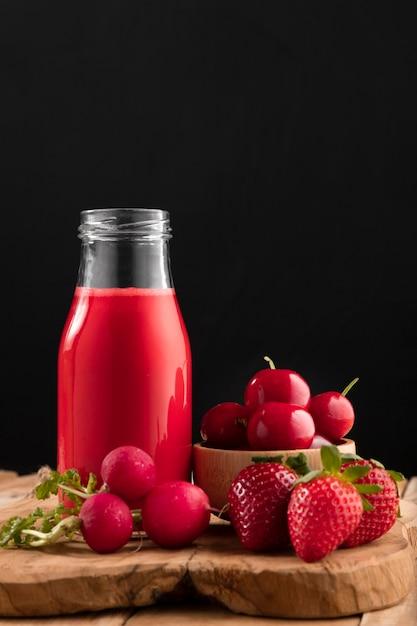 Vorderansicht smoothie mit erdbeeren, kirschen und radieschen Kostenlose Fotos