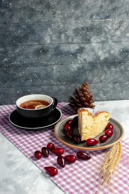 Vorderansicht tasse tee mit leckerem kuchenstück auf hellweißer oberfläche Kostenlose Fotos